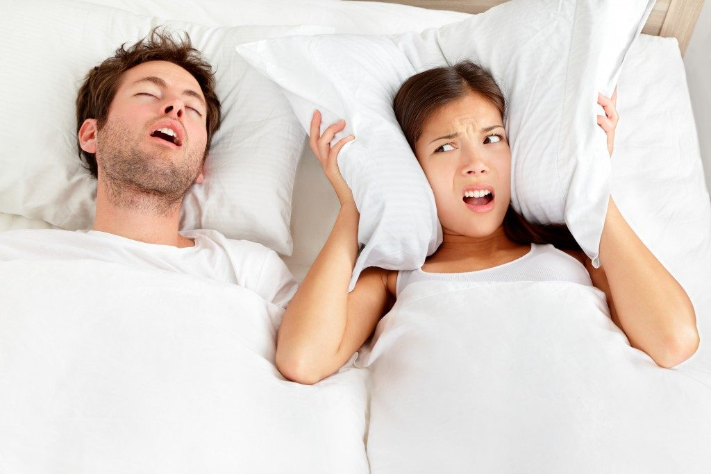 man snoring and woman cannot sleep