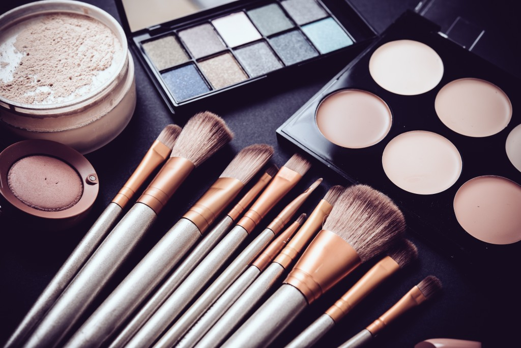 makeup brushes and powders